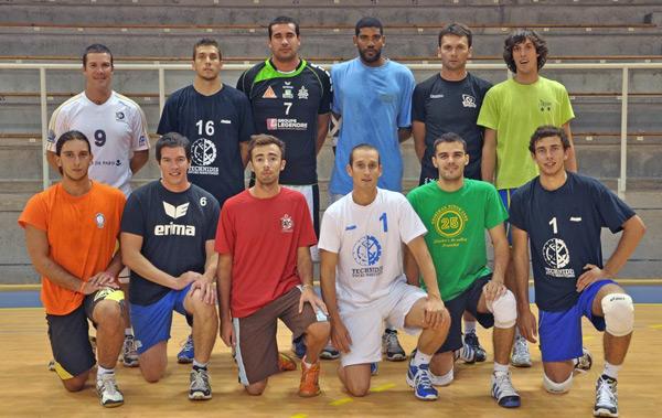 Romain Tual (en haut, à gauche) est le nouvel entraîneur de l'équipe réserve du SNVBA, reléguée de Nationale 2.