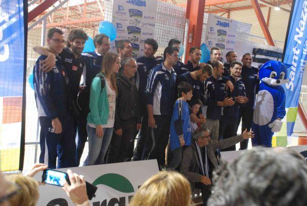 Les joueurs et le président posent pour la photo du maintien