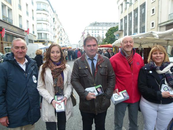 Christian Troadec en campagne sur le marché Saint-Louis à Brest avec ses colistiers du Finistère