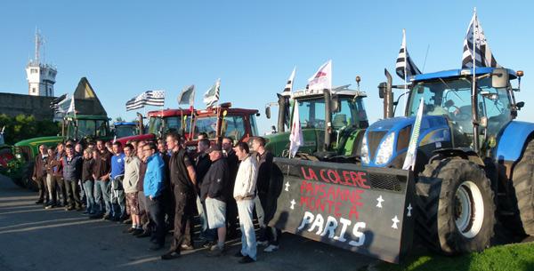 Les agriculteurs bretons réunis pointe Saint-Mathieu pour le départ vers Paris