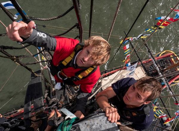 François Gabart monte au grand mât de l'Hermione