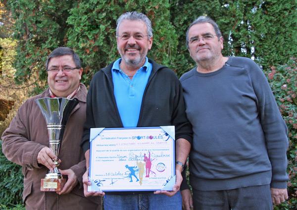Entouré de Serge Olivier, à gauche, président du CRB et de Jean-Yves Guihéneuf, à droite, président du CDB, Hervé Albabadejo est fier de présenter son diplôme Photo JL Merlet.