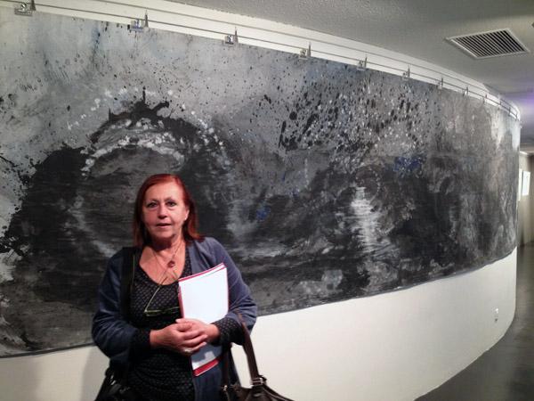 Noêle Biton devant une oeuvre de Nicole Senlis