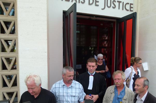 Sylvain Frsneau, Erwann Le Moigne, José Bové à la sortie du tribunal.