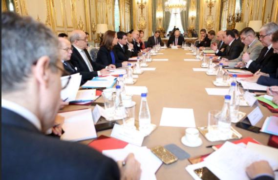 Le conseil de défense en réunion à l'Elysée