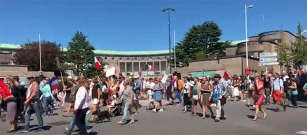 Beaucoup de monde dans les rue de Brest.