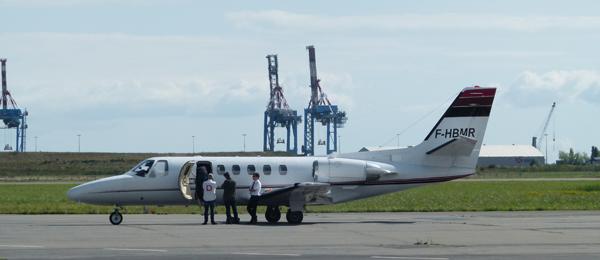 Niolas Sarkozy est arrivé en compagnie d'Eric Woerth à l'aérodrome de Saint-Nazaire vers 15h15.  Il assistait ce matin à une réunion des Républicains dans le Doubs.
