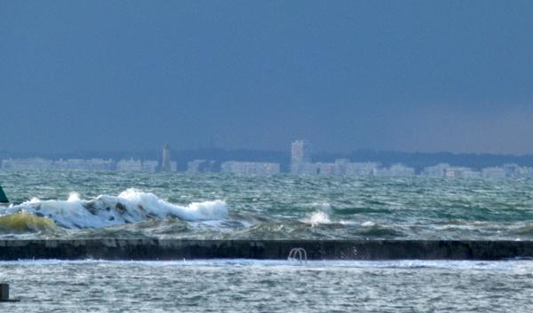 Le port de Préfailles en hiver au fond le phare du Grand Charpentier et la baie de La Baule ©images & idées